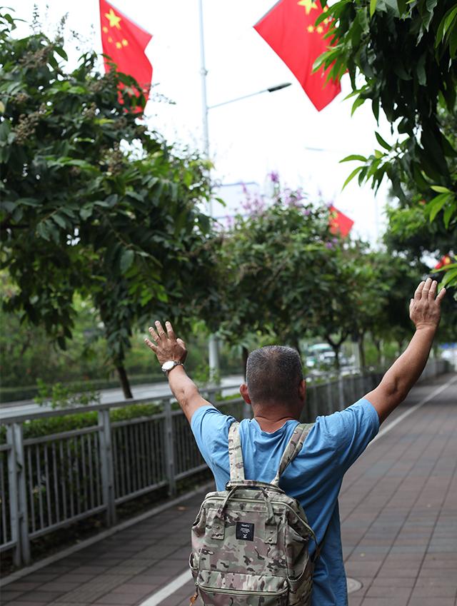 (經常炮轟中共的大陸朱習慣每周往返深圳灣一次。他 說,他可以過羅湖橋,體現中國仍然恪守部分的「一 國兩制」。)