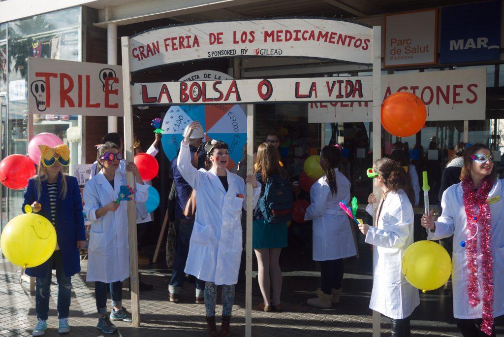 Center for Artistic Activism成員於巴塞隆拿的運動現場,反對藥廠壟斷提高藥物價格。