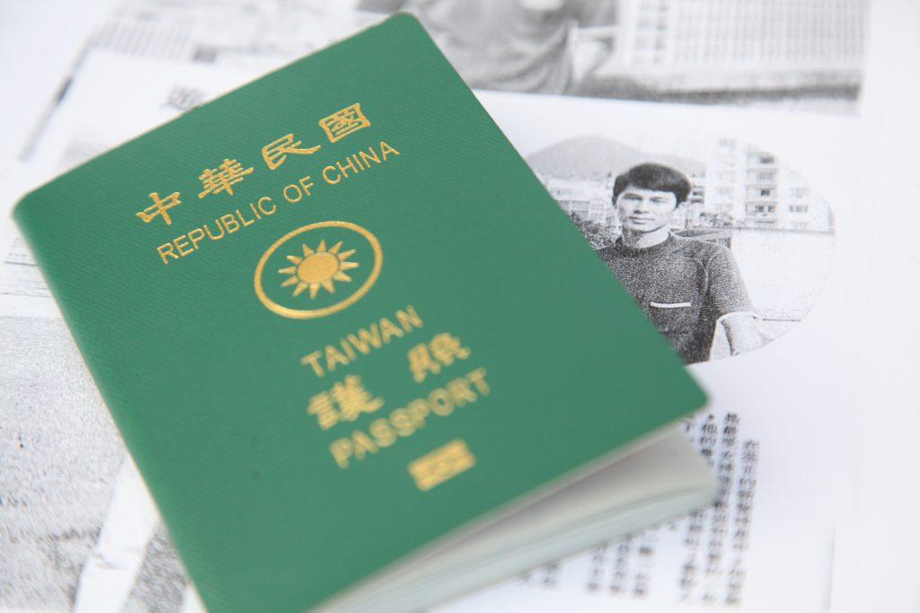(19位前中華民國元老隊成員成功申領中華民國的護照,怎料護照只准逗留三個月,令他們大失所望。)