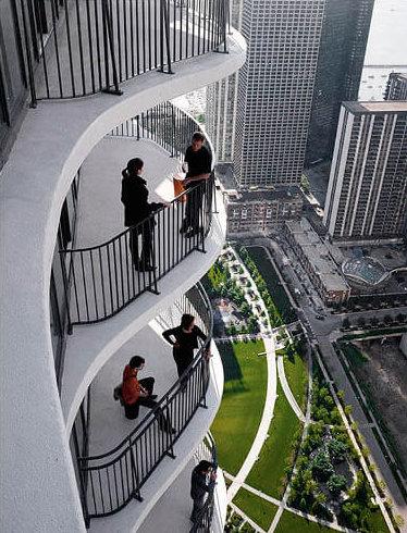 (Aqua每個陽台平均向外延伸3.7公尺,靈感來自當地常見的石灰岩景觀,延伸陽台更有雨水收集系統及節能照明功能。)