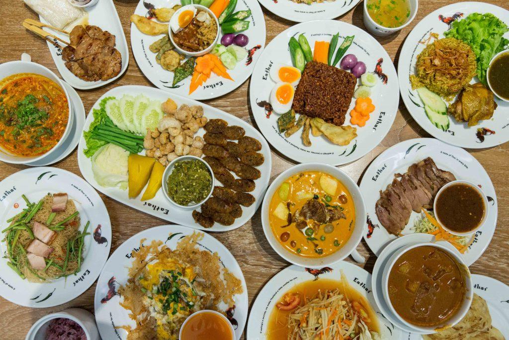 圖中左邊的是街頭小食,中間最大的一碟的是來自北部的傳統王室食物,右上方的正方形飯糰是東北部美食,第一次嘗到微辣的糯米飯。