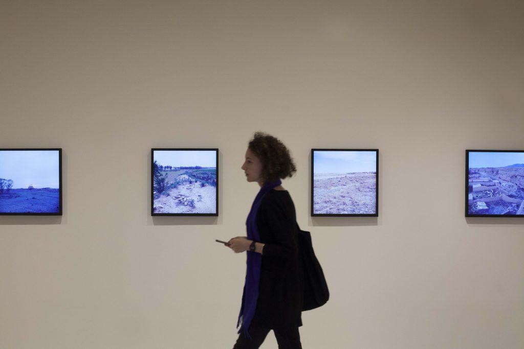 藝術家闞萱的作品《圐圙兒》,以多個獨立屏幕展示了中國邊界古城的風景。
