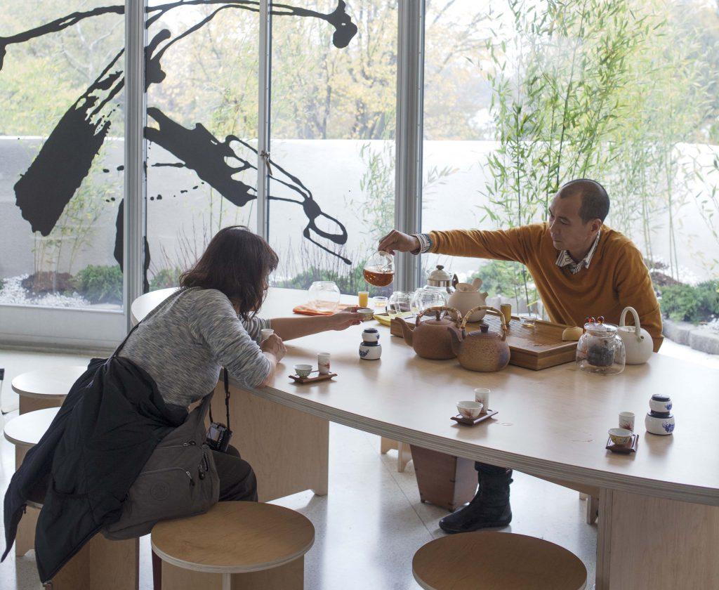 陽江組的創作重視民眾的介入,今次他們在古根漢的參與性裝置《無法不破》,將中國戶外園林移植到美術館廳內部,讓觀眾參與藝術家舉辦的非正式茶會。