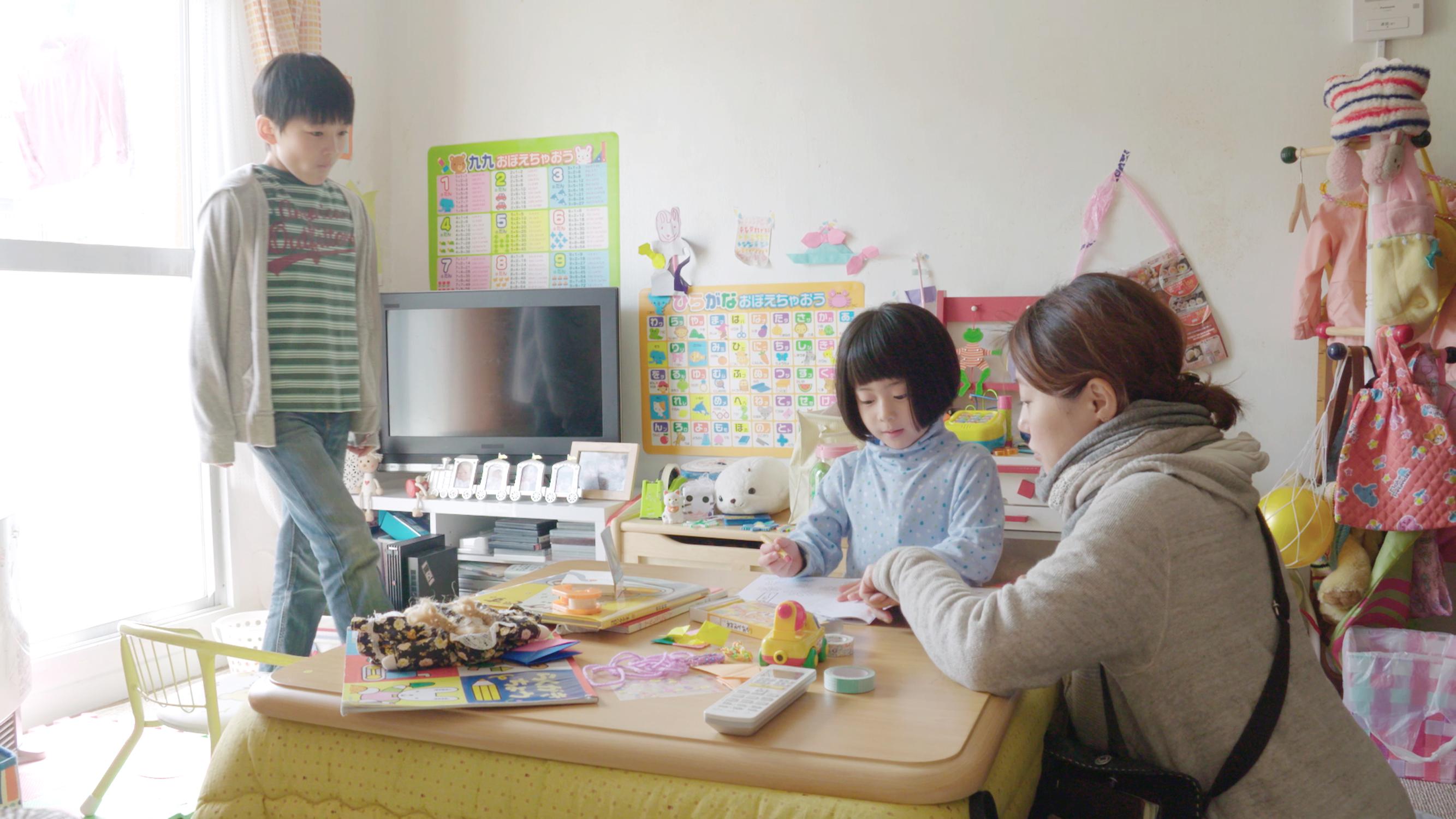 (在西川美和的鏡頭下,家庭具有特殊的連結與拉扯。圖為《漫長的藉口》拍攝現場,她指導小孩演戲。)