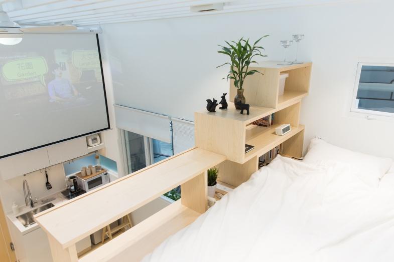走上樓梯後是睡牀,書架欄河亦可放置筆記型電腦使用。