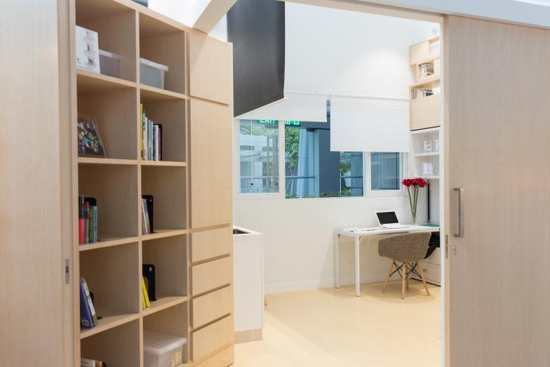 大門旁邊的書架可以整個往走廊推,方便住客使用走廊公共空間。