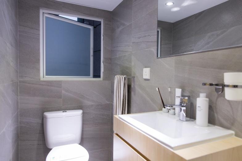 有別於新式私人樓宇常見的黑廁設計,這個廁所設有大窗戶,確保空氣流通。