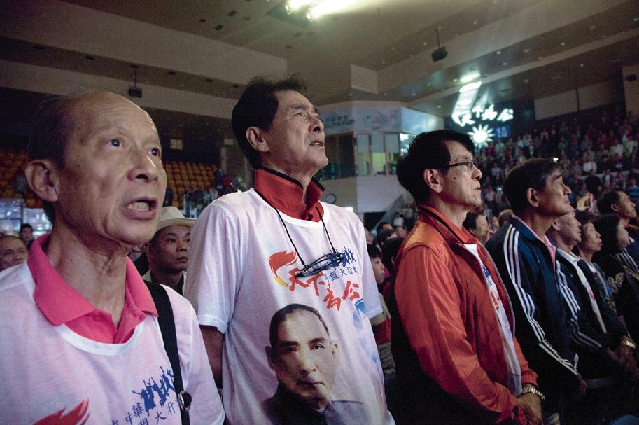 (今年是孫中山先生誕辰一百五十周年,一眾足球元老在紀念活動中大唱中華民國國歌。)