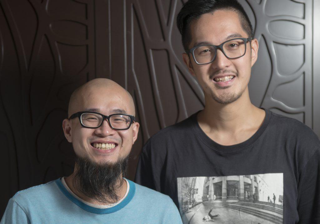 王瀛德(左)與拍檔區灝智,他們指浸發耳類最麻煩,時間要掌控得宜才能做出最理想的口感。