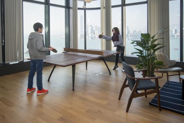 設計師刻意把乒乓波枱放在無敵大海景前,讓人對着維港打乒乓波,是社區樓層的一大賣點。如此空間在寸金尺土的金融中心實在少見。