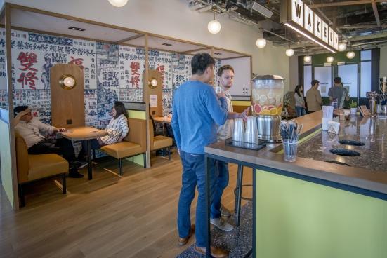 開放式的公共空間提供休閒的環境和多種小吃、飲品,不少人趁着午後的空閒時間走出辦公室放鬆一下。
