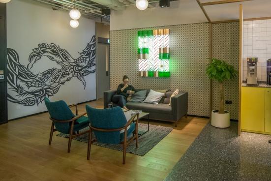 設計師在每層辦公樓的公共空間均融入不同的香港特色,這裏就運用了懷舊髮廊和傳統龍鳳圖騰的元素。