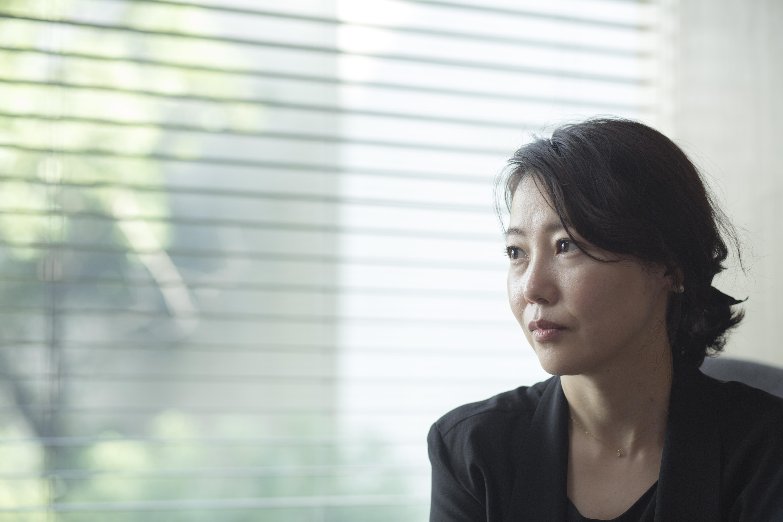 (西川美和不時張看窗外,靜默如她電影裏人之間那不可逾越的距離。)