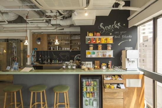 天氣轉涼,他們根據客人提議,最近還添置了多款花茶、熱飲和杯麵等冬日食品。