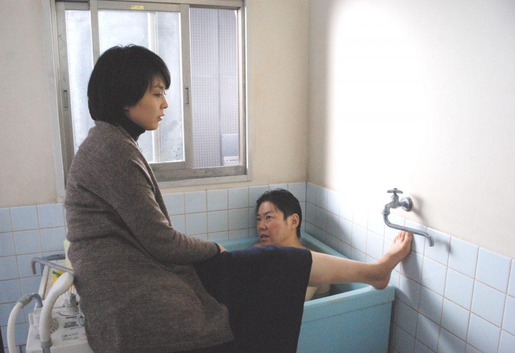 (《不道德的夫妻》(2012)揭露了人之間的欺瞞與脆弱,找來松隆子與阿部隆史演出。)
