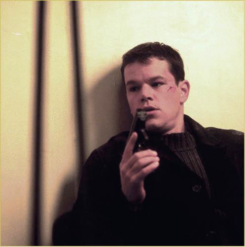 如果她是《Bourne Identity》系列間諜片的死硬粉絲,枕頭底有26本護照32種貨幣和一個用來裝起晒呢啲嘢嘅「走佬袋」我亦明白,但這位朋友的解釋只是因為怕火燭或者冧樓「驚走唔切」 而設。