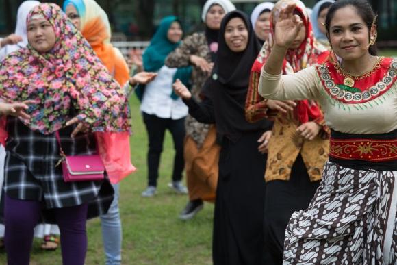 一班女工在維園草地跳着流行的poco poco,像是印尼版的parapara。