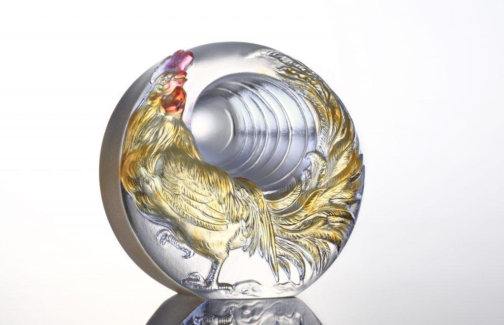 《太陽鳥 》中的雄雞神采奕奕,像鳳凰般擁抱光明,寓意吉祥美好。(售價:2,010元)