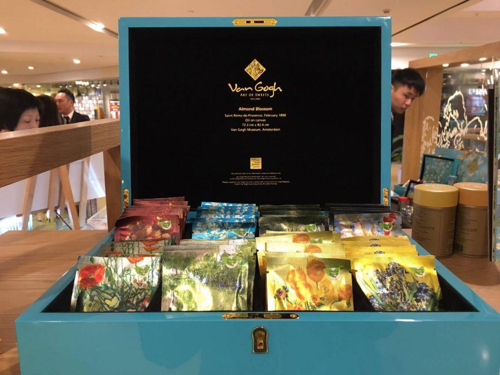 為了讓包裝有更多用途,品牌更推出擺放飾物的絨布內隔,讓包裝盒成為實用的飾物箱。