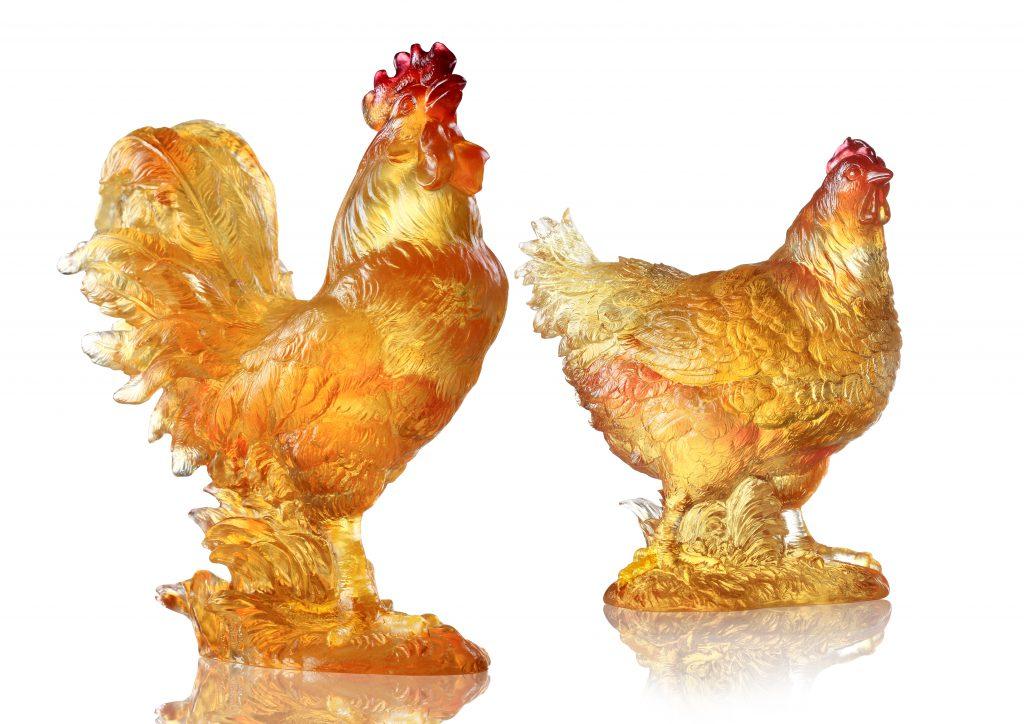 《向陽之心》(左)和《愛的充滿》(右)是一對維妙維肖的公雞和母雞。(售價:18,270元)