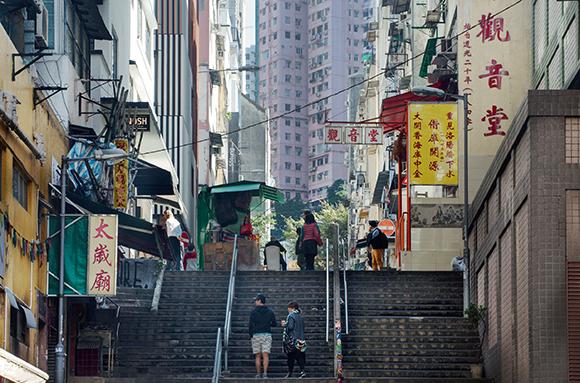 上環太平山街的中段,是一列長約300米的樓梯街,除了觀音堂,還有廣福義祠百姓廟、太歲廟、水月宮、關帝善堂,故又名廟宇街。