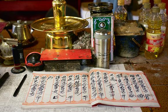 觀音堂不會提供有銀碼的「借據」,求取福德金程序也簡單,只需在簿上填寫祈福的家宅姓名。
