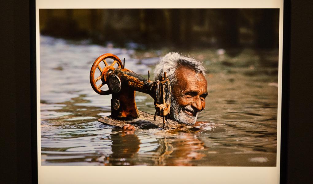 Steve McCurry的《Monsoon》圖輯作品之一,此照片被用作《國家地理雜誌》的封面,在封面版本上卻延長了照片下方位置,同被指為修圖的例子之一。