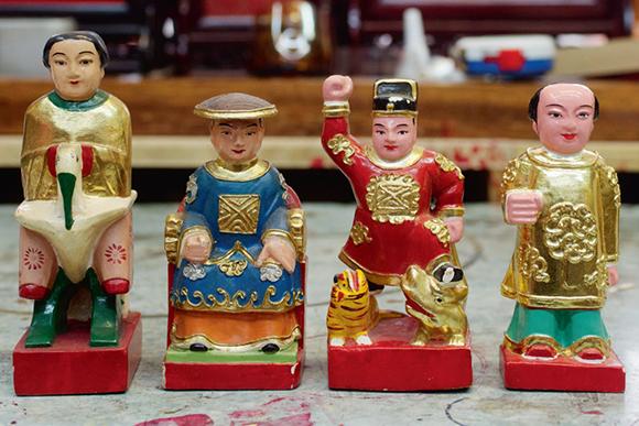 六、七十年代的油麻地,漁民聚居避風塘,王燮祥以替水上人雕刻祭祀用品,如製作木雕人形公仔,開始其工匠生涯。