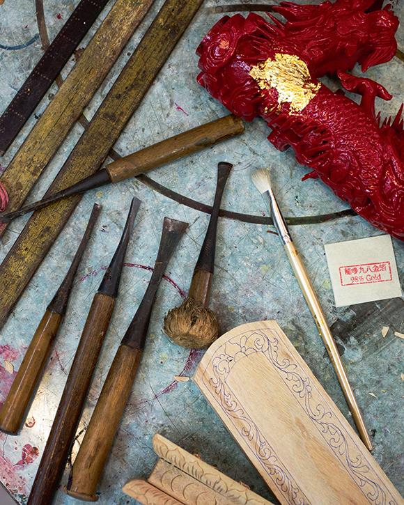 數十種雕刻工具,平鑿、反口鑿、圓鑿、針鑿、鈎子……王師傅都能隨手拈來。