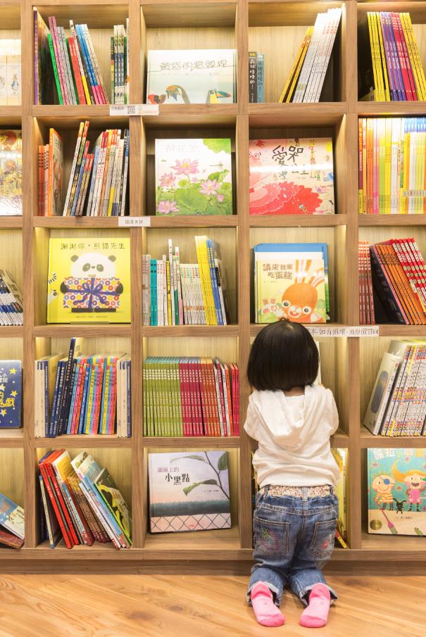 為了令冷門好書也有露面機會,繪本館內只出售一間出版社的書,每月定期轉換。