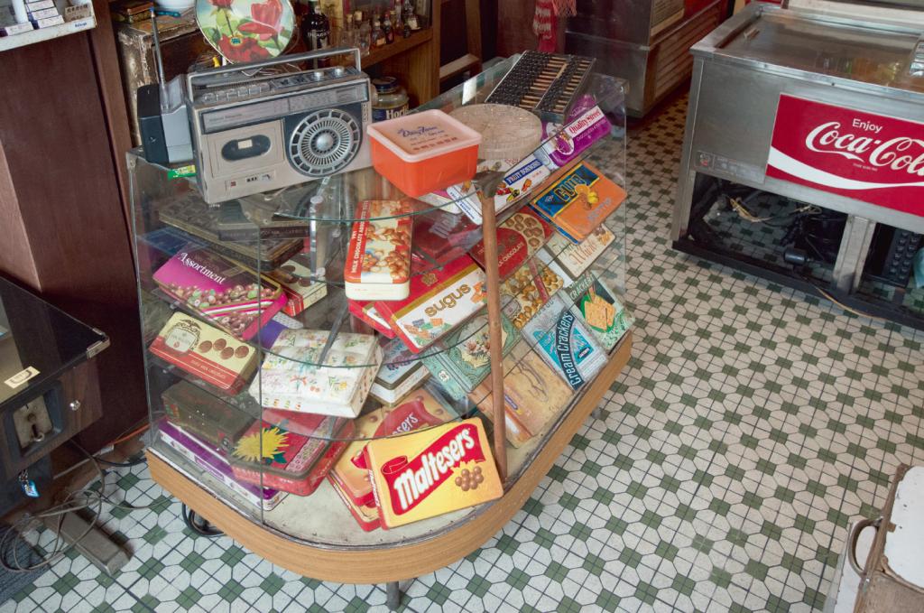 鍾燕齊收藏外國、本地及大陸的糖果罐,只因每個品牌都有自己的故事,設計精美,現在的糖果罐設計已沒過往般講究,沒什麼故事可言。