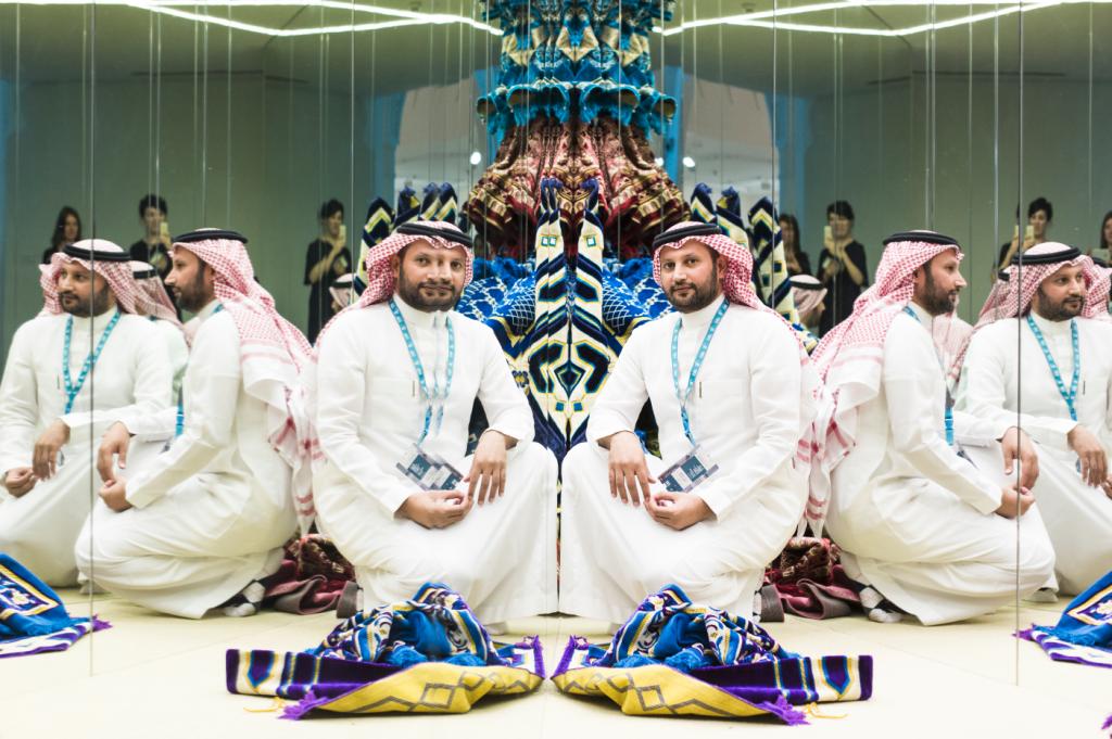 沙地阿拉伯藝術家Rashed Al Shashai的作品《Opposing Symmetry》,以空間製造伊斯蘭藝術的對稱形式。