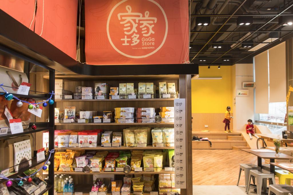 約千呎的空間內,有五個良心消費單位,當中家家士多專出售韓國農民合作社iCOOP KOREA的天然食品,支持小農。