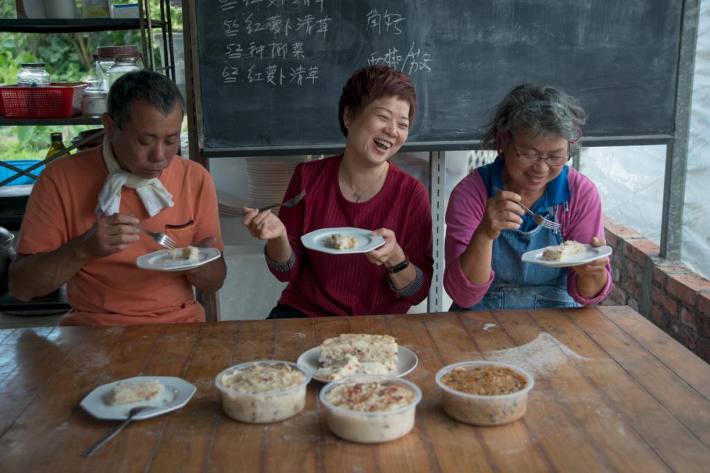 黃零(左)與竹姐(右)更邀營養師朋友一起來試吃給意見,態度認真。