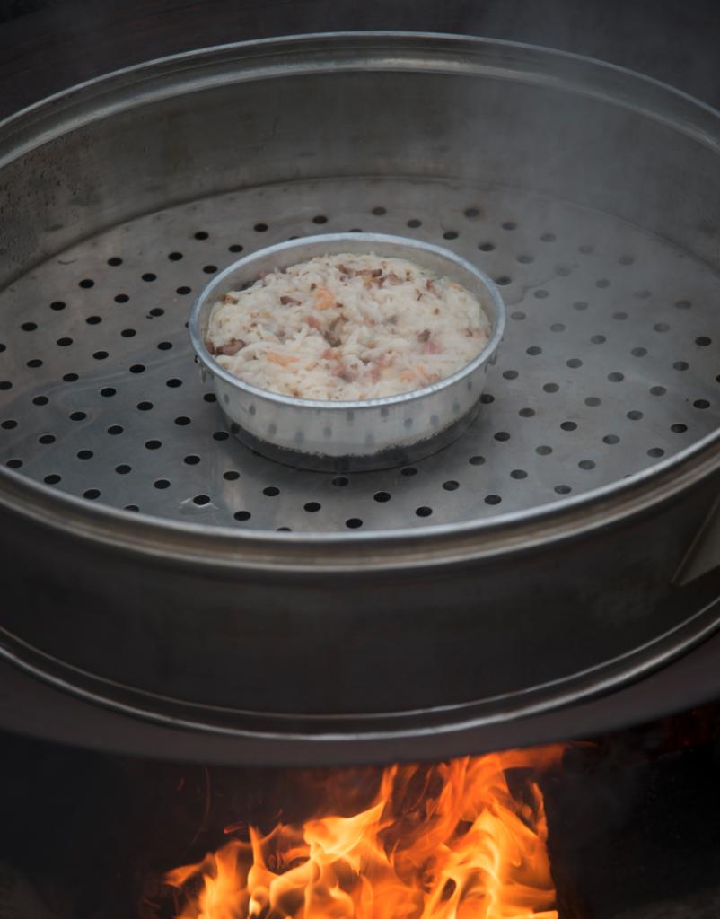 因着猛烈的柴火,蘿蔔糕能在約一小時內蒸好,蘿蔔糕暫定每底重一斤。
