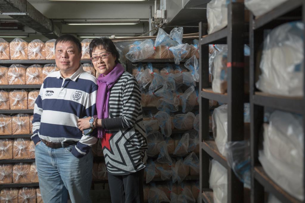 主理人姜智深(左)和太太。姜智深憶述父親透過物業代理找到這個廠址,當時的工廠監管不算嚴, 只要氣味不大,樓上樓下不介意的話就可以設食品廠。
