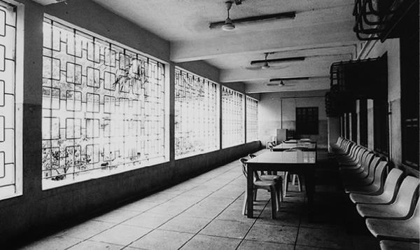 放式院──青山醫院於六十年代啟用,是本港精神治療成型的開端。圖為當時的病房、服務大樓及露台的舊貌。