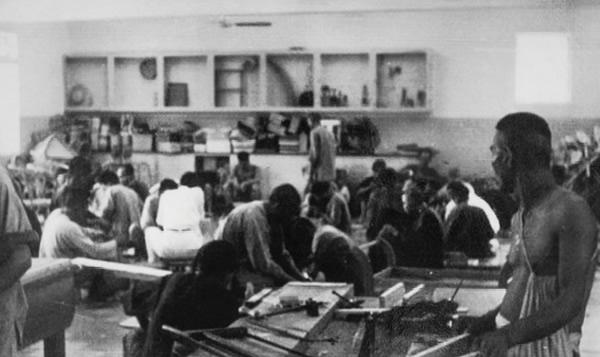 舍生活──六、七十年代青山醫院治療部的木工工場及室外運動場,圖中可見當時的病患者從事各類活動的情景。
