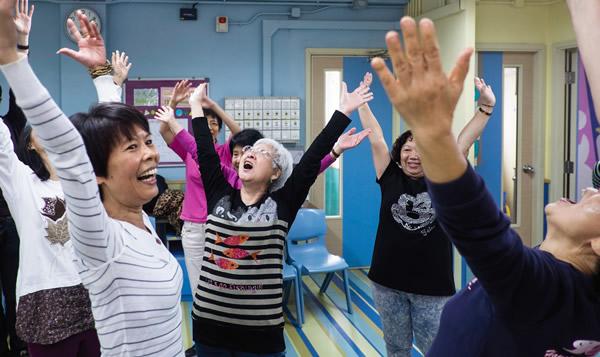 復者融入社區,與街坊一起學習瑜伽。