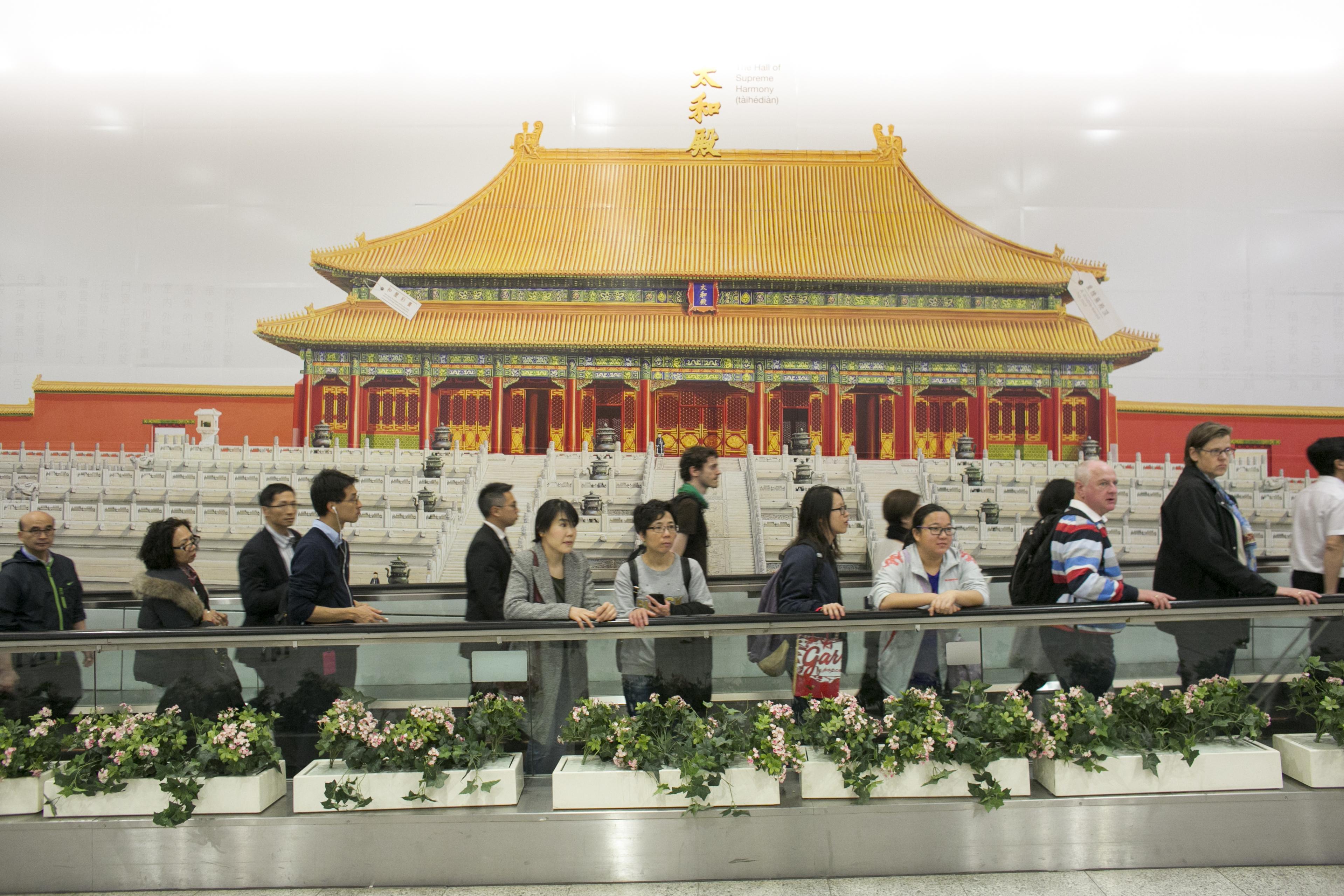 設在港鐵香港站的西九故宮壁,引來一番爭議。