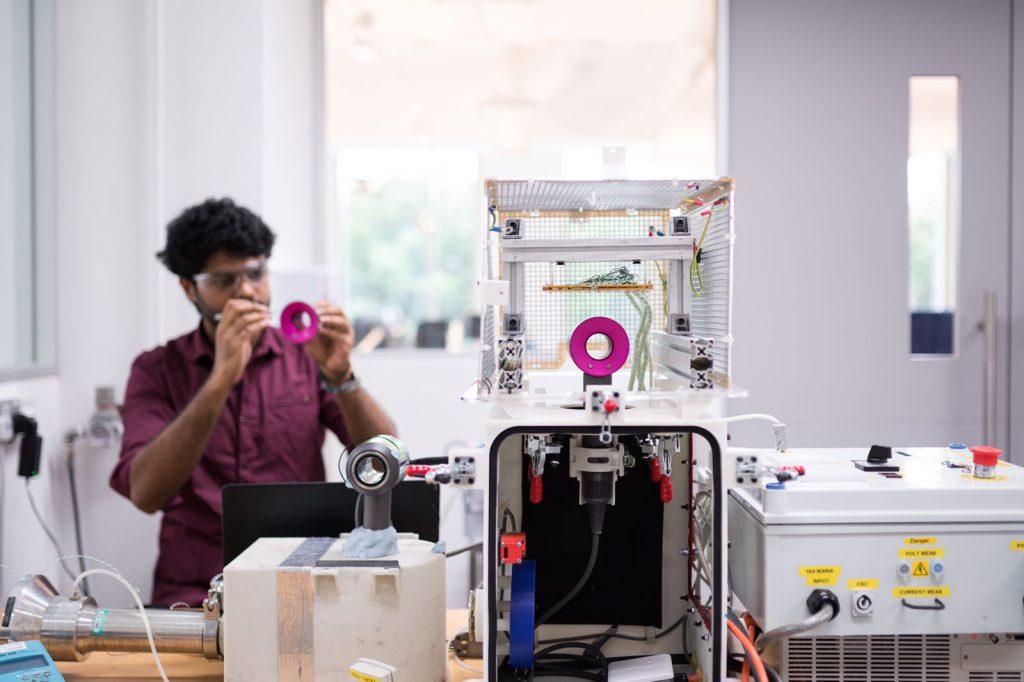 工程師於流體動力學實驗室內測試風筒的風速與流動
