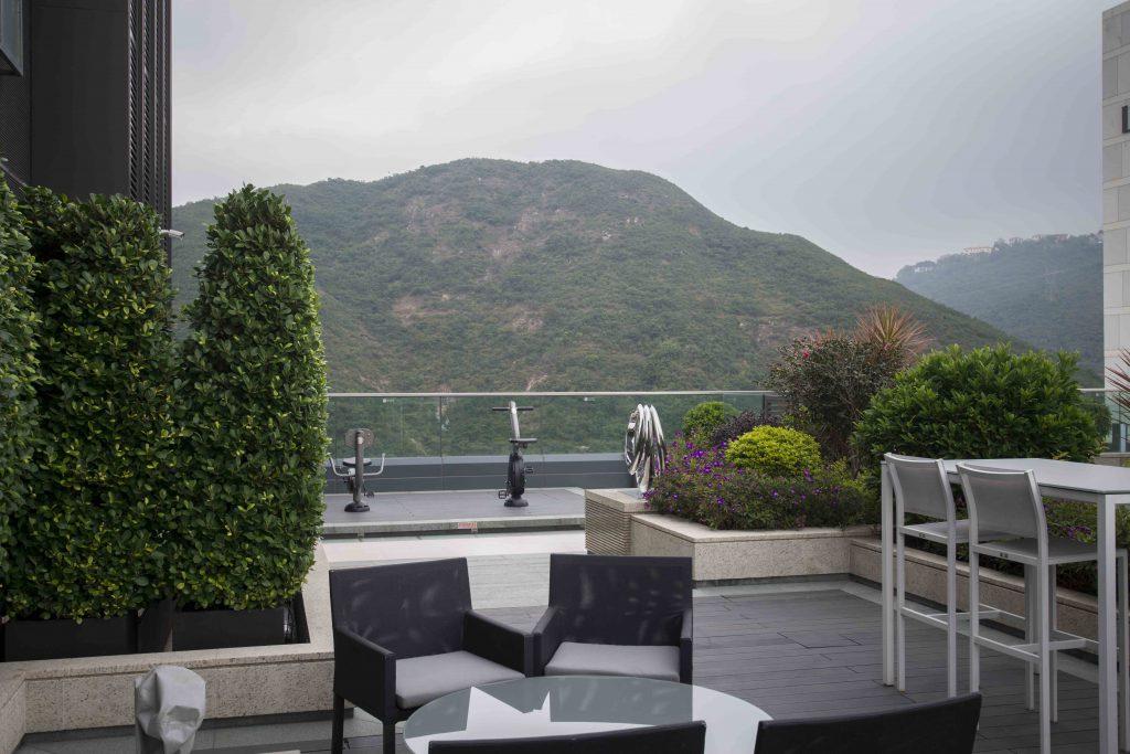 精心設計的天台花園作公共空間,讓人從環山抱海的自然美景中喘一口氣。
