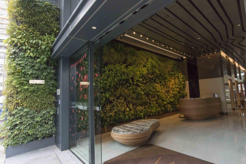 大廈地下的大型植物裝置貫穿室外、室內,用意是把黄竹坑的山景延伸入大廈裏面。天花呈現出不規則的流水線條,大堂前台和石椅的雕刻也模仿自然風化的形狀。「人有需要被自然、藝術、不規則的東西挑戰視覺觀感。這樣會比較有趣,營造隨意、自在的舒服感覺。」