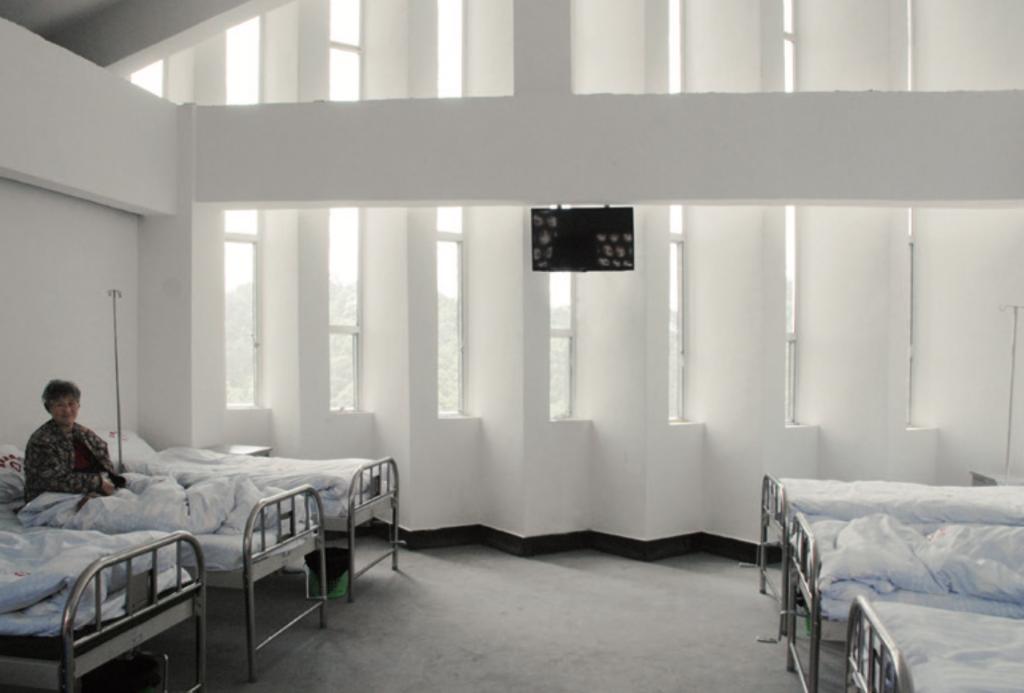 病房潔白牆身以四十五度角傾斜並排,將陽光分散避免直接照射。
