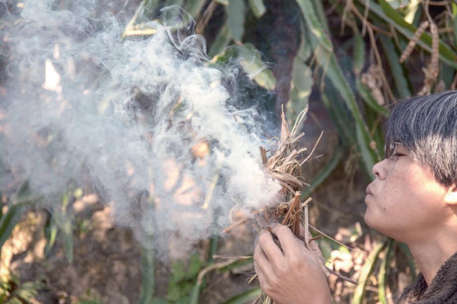 Emma只用打火石和乾草就能生火,生火後土窯便正式開始工作。