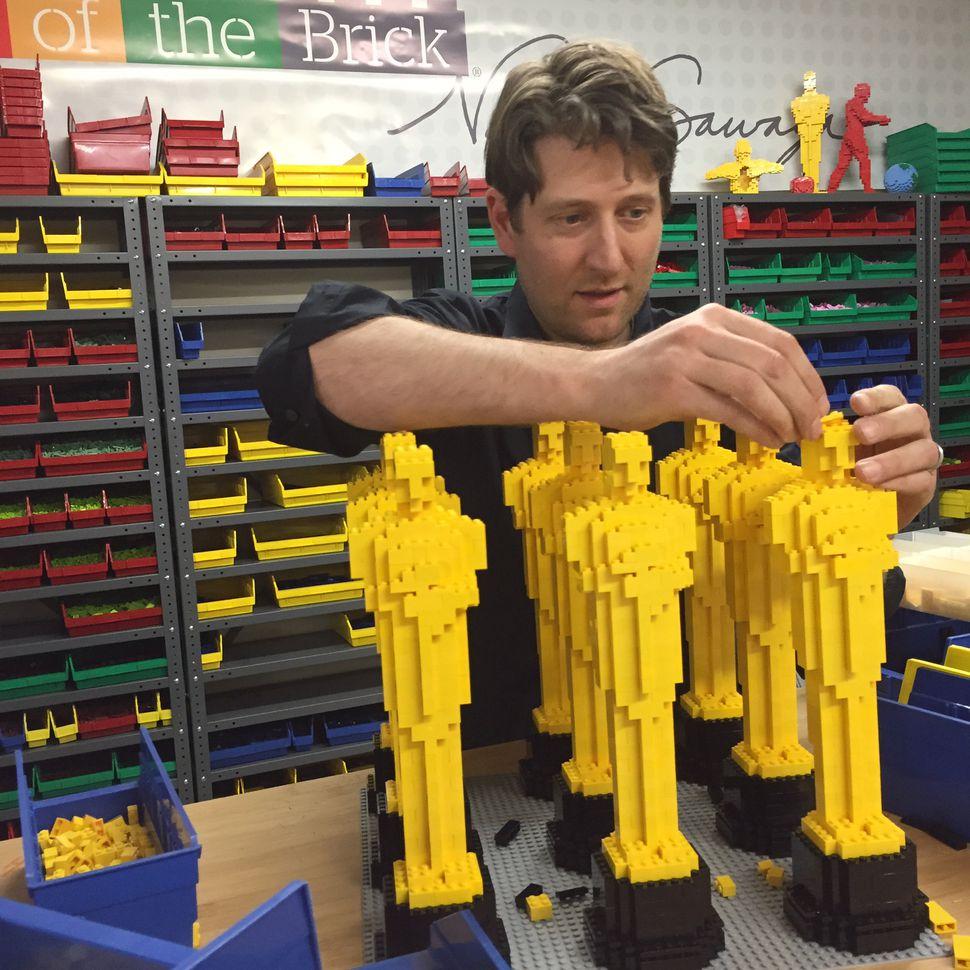 每一個Lego版奧斯卡奬座均需要500塊積木,而Nathan為了避免奬座散落一地,更細心地在每塊積木上塗抹膠水來穩固製成品。