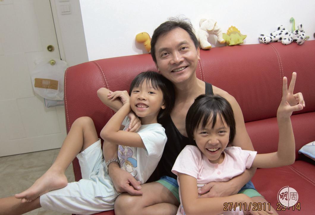 一家人包括丈夫和幼女,都學了手語。