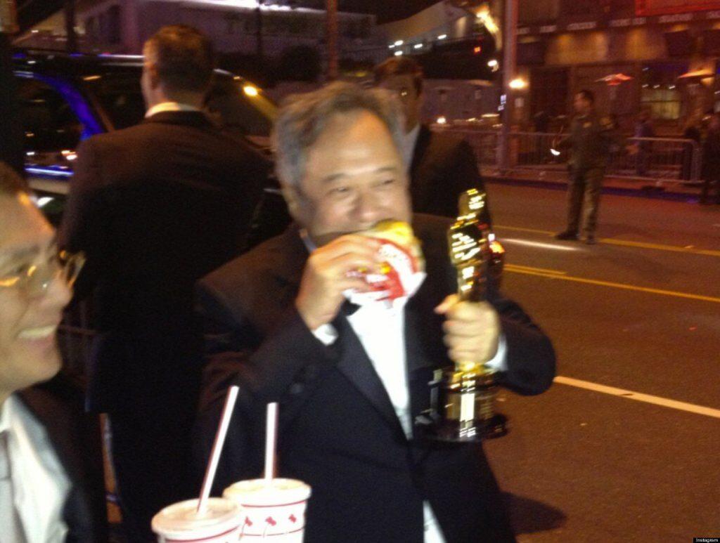 李安於2013年憑《少年Pi的奇幻漂流》再次獲得最佳導演奬,得獎後更開心得吃漢堡包慶祝!