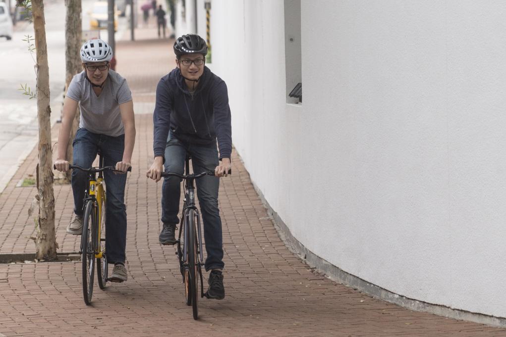 Jeff與拍檔Eu-wen為了單車使用者使用馬路時能被司機看見,設計出這款設有顯示燈的智能單車頭盔。