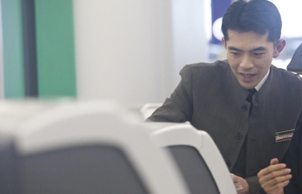 Wesley經常一眼關七,協助乘客使用自動登機設備。